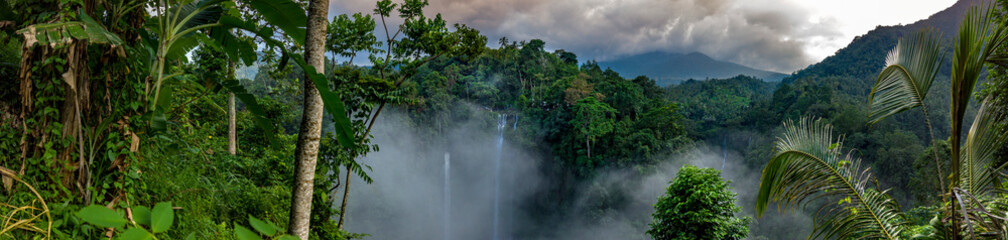 Large waterfalls surrounded by rainorest Fototapete