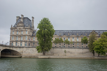 Fotobehang historic buildings in paris on the river seine