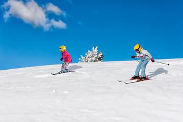 Kinder auf Skiern