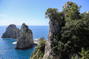 Capri Amalfi Küste: Seitlicher Blick auf die berühmten Faraglioni Felsen von Capri