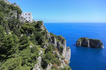 Capri Amalfi Küste: Blick auf ein Haus oberhalb der Klippen und den kleinen Felsen Monacone