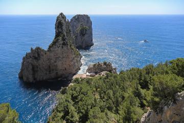 Capri Amalfi Küste: Seitlicher Blick auf die Faraglioni Felsen