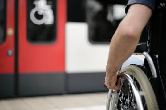 Person im Rollstuhl Rollstuhlzugang Mobilität barrierefrei behindertengerecht Barrierefreiheit