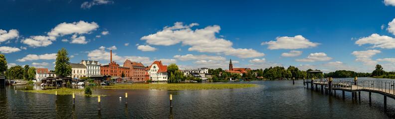 Skyline von Brandenburg an der Havel mit denkmalgeschützter Dominsel, Fischhalle, Havelmühle und Steganlage (Blick vom Anleger Neustädtisches Wassertor) - Panorama aus 9 Einzelbildern