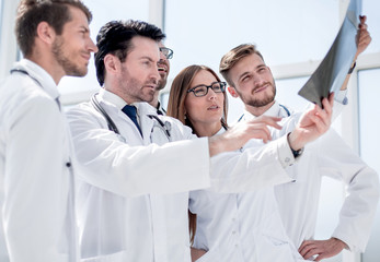 group of doctors discussing the x-ray