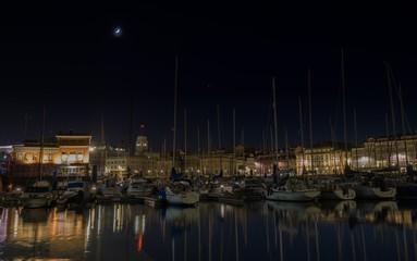 Fotografía nocturna en puerto deportivo de A Coruña, España.