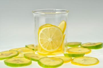 グラスにレモンが入っている