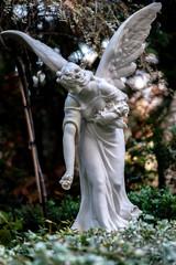 Grabschmuck in Forms einer Statue eines Engels auf Berliner Friedhof in Tegel