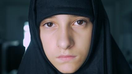 Close-up. Islamska girl in black hijab