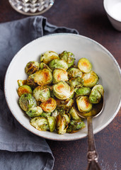 Photo sur Aluminium Bruxelles Ceramic bowl with roasted brussel sprouts on a table. The concept of healthy vegetarian eating.