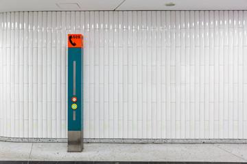 Notruf-Säule in einer U-Bahn Sicherheit