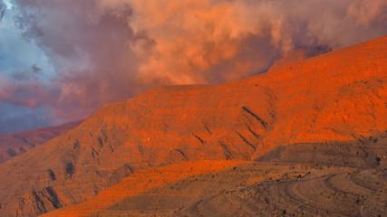In de dag Rood traf. Beautifulli illuminated mountain landscape. Ru'us al Jibal. Al Hajar Moutains. Musandam. Oman