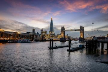 Dämmerung über der beleuchteten Skyline von London, Großbritannien