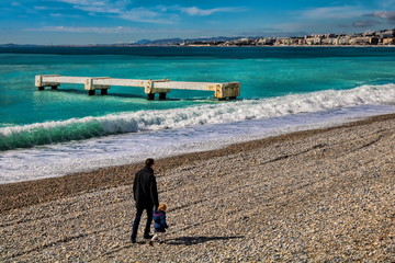 Spaziergang am Steinstrand von Nizza, Frankreich