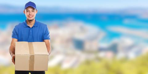 Paket Versand Postbote Post Lieferung liefern Paketzusteller Paketdienst Beruf Mann Latino Banner Textfreiraum Copyspace