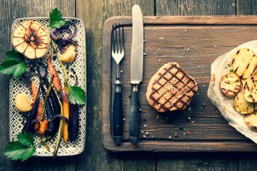 Fleisch Steak auf Holz mit altem Besteck, Gemüse Vogelperspektive, von Oben