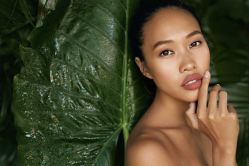 Obraz Beauty face. Woman model with natural makeup and skin in nature - fototapety do salonu
