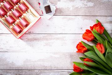 Kwiaty i cukierki na Dzień Matki.