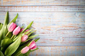 Obraz Bukiet tulipanów na drewnianym tle - fototapety do salonu