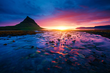 壁紙(ウォールミューラル) - Evening Kirkjufell volcano the coast of Snaefellsnes peninsula. Location Kirkjufellsfoss waterfall.