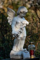 Statue eines  Engel als Grabschmuck auf dem Friedhof Tegeler Fliess in Berlin Hermsdorf