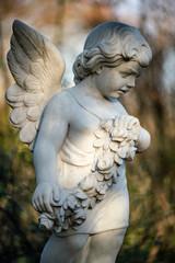 Nahaufnahme einer Statue eines Engel auf dem Friedhof Tegeler Fliess in Berlin Hermsdorf