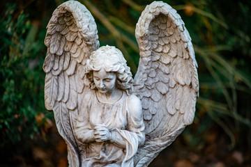 Portrait einer Statue eines Engel als Grabschmuck auf dem Friedhof Tegeler Fliess in Berlin Hermsdorf