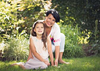 Dzień matki, mama z córką w ogrodzie