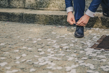 Mężczyzna wiąże buta