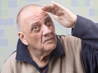 portrait vieil homme regardant au loin