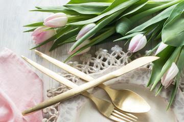 Tulpen, antike rosa Teller und Besteck