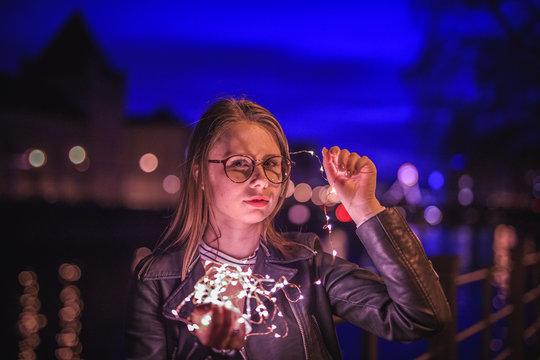 Hübsche Junge Frau mit Sonnenbrille im  Herbst Lifestyle Look