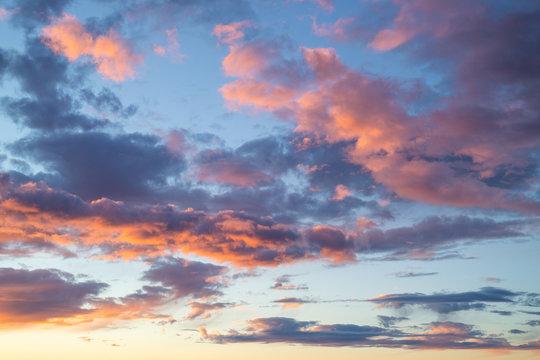 Wolkiger, dramatischer Himmel am Abend - rote Wolken