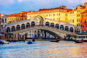 Obraz Rialto bridge and Grand Canal in Venice, Italy. View of Venice Grand Canal with gandola. Architecture and landmarks of Venice. Venice postcard - fototapety do salonu