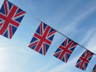 青空にはためくイギリス国旗