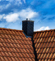 Moderner Schornstein auf Hausdach