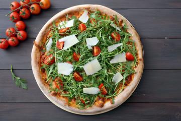 pizza tradizionale rucola e pomodorini freschi