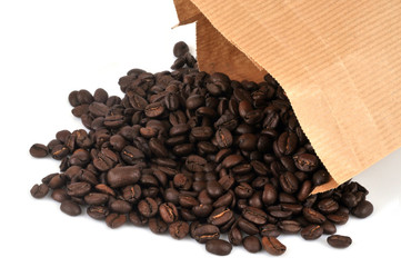 Canvas Prints Coffee beans Café en grains torréfié sortant d'un sac en papier