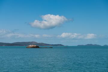 Kleine Felsinsel im Ozean