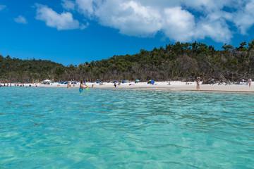 Whitehaven Beach mit Badegästen mit Blickrichtung vom Meer