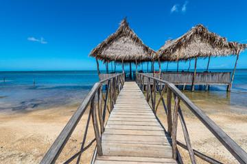 Restaurand mit Palmdach am Strand von Punta Gorda auf Roatan