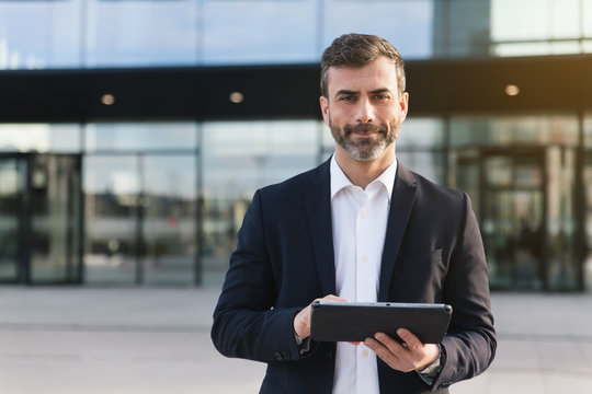 Empresario con tablet en distrito financiero