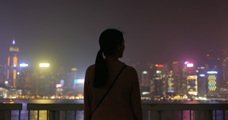 Wall Mural - Woman look at the view in the city at night