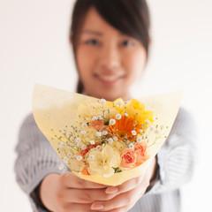 花束を渡す女性の手元