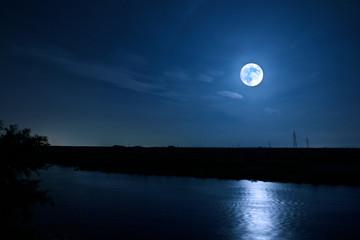 満月がかもす川辺のムーンリバー