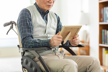 シニア男性 車椅子 Wall mural