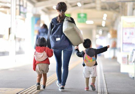 駅・プラットホーム・旅行のファミリー