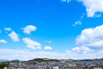 【写真素材】 青空 空 雲 冬の空 背景 背景素材 1月 コピースペース 市街地 住宅地