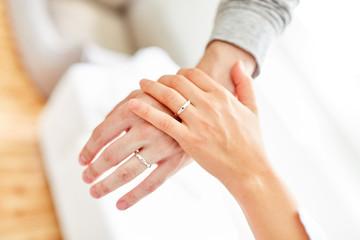 Weibliche und männliche Hand mit Ehering