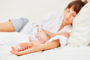 Mutter und Baby halten Mittagsschlaf